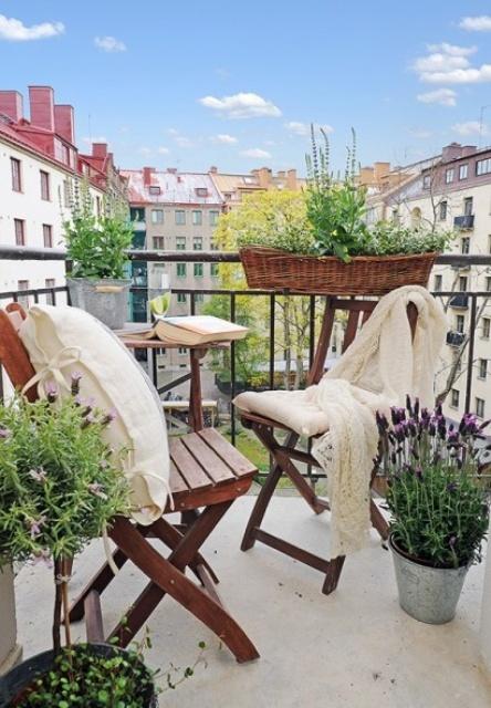 la vegetazione e alcune fioriture in secchi e vasi sono un'ottima idea per portare una fresca sensazione primaverile in qualsiasi spazio