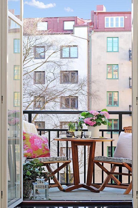 cuscini colorati e fiori in vaso sono fantastici per l'arredamento della casa primaverile, incluso l'arredamento esterno
