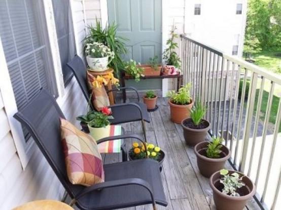 piante in vaso e fiori, cuscini colorati stampati per un fresco tocco primaverile in balcone