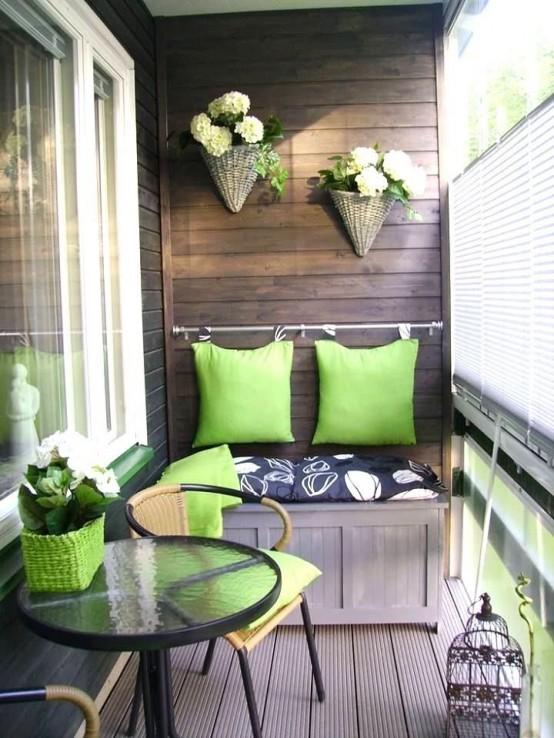 un vaso di vimini verde, cuscini abbinati attaccati al muro e fioriere di vimini appesi su di esso