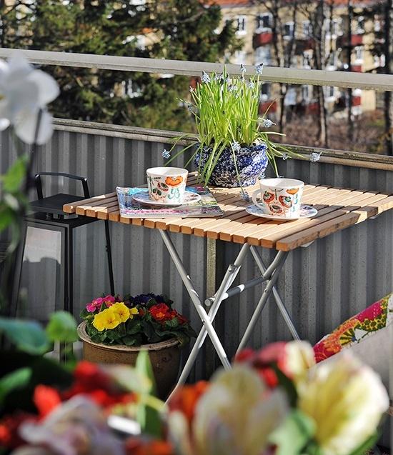 fiori in vaso e bulbi in vasi luminosi e articoli da tè colorati sono un modo fantastico per aggiungere un tocco primaverile allo spazio