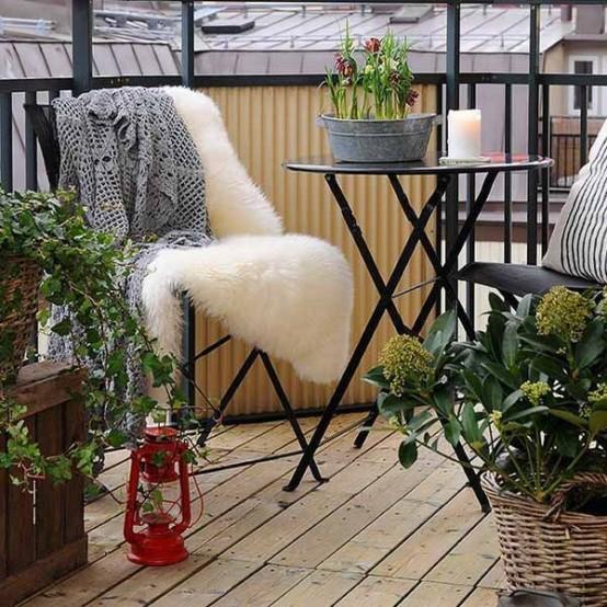 i bulbi primaverili in un secchio e un po 'di verde nei cesti intorno sono un modo fresco e fresco per far sentire il tuo balcone come la primavera