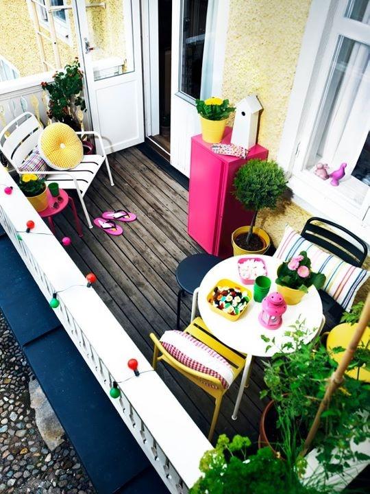 cuscini colorati, vasi luminosi con fiori e mobili colorati sono fantastici per la primavera e l'estate nel tuo balcone