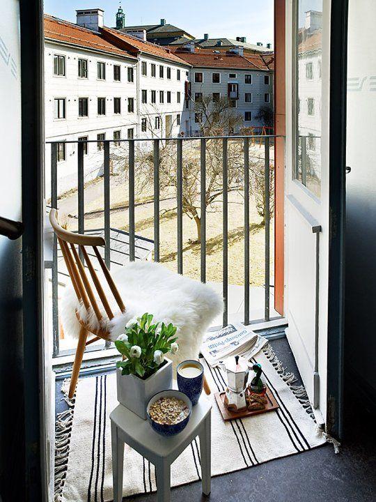 solo un po 'di fiori bianchi in una pentola renderà il tuo balcone più fresco e primaverile