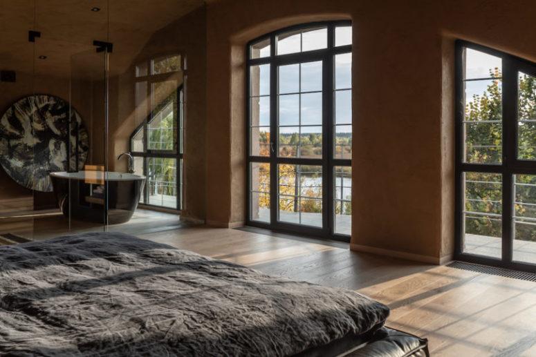 Le finestre portano molta luce e una vasca indipendente consente di godersi il panorama