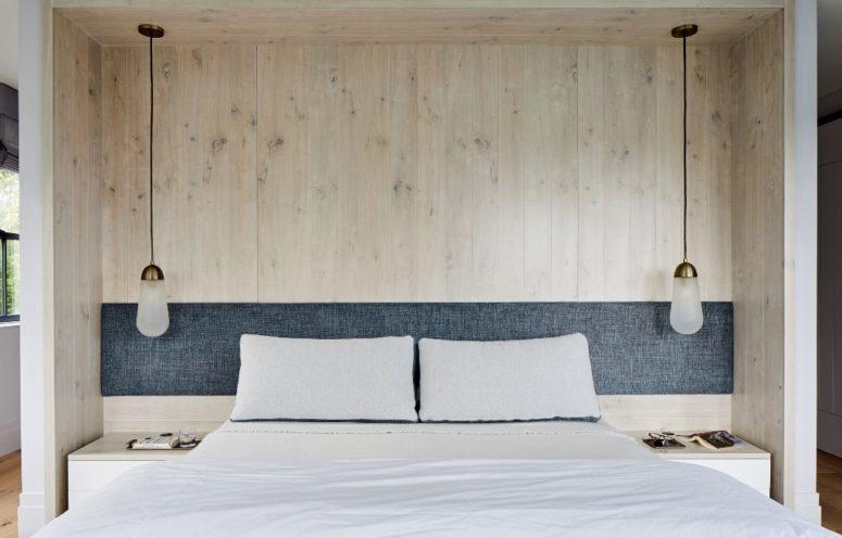 La camera da letto dispone di legno, un comodo letto e lampade a sospensione