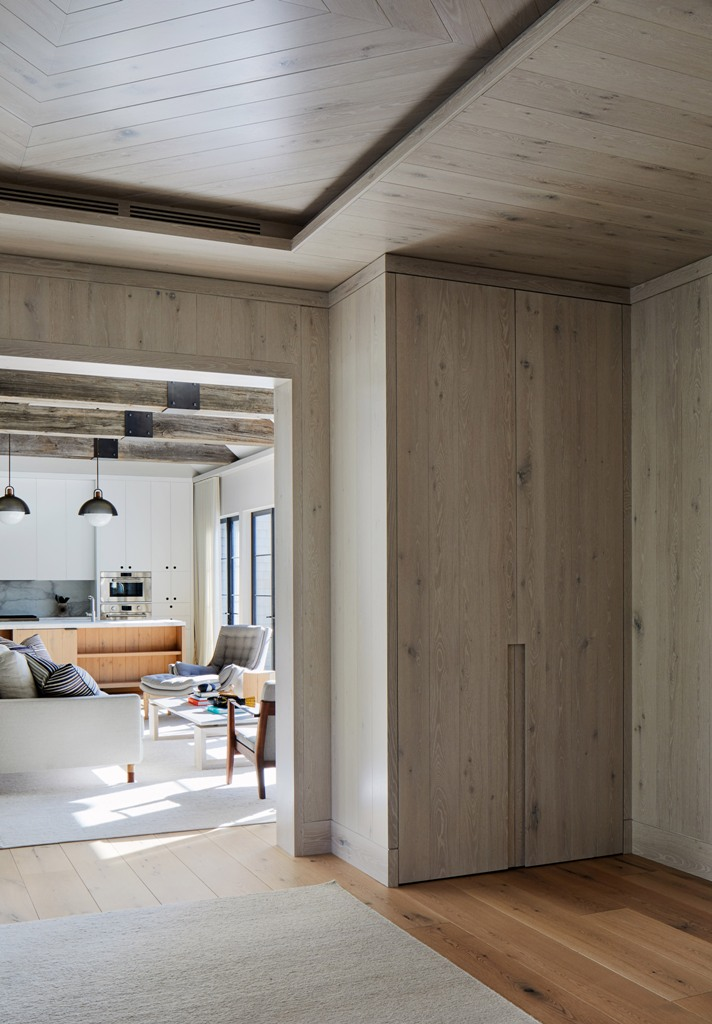 Molto legno utilizzato nell'arredamento è un'idea fresca ed elegante per uno spazio moderno