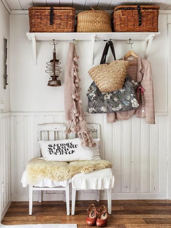 un ingresso shabby chic con una mensola con cestini, sedie, borse intrecciate e vestiti carini