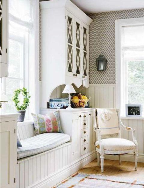 un ingresso shabby chic neutro con un intero contenitore, un divano letto, lampade, lanterne a candela e una sedia vintage