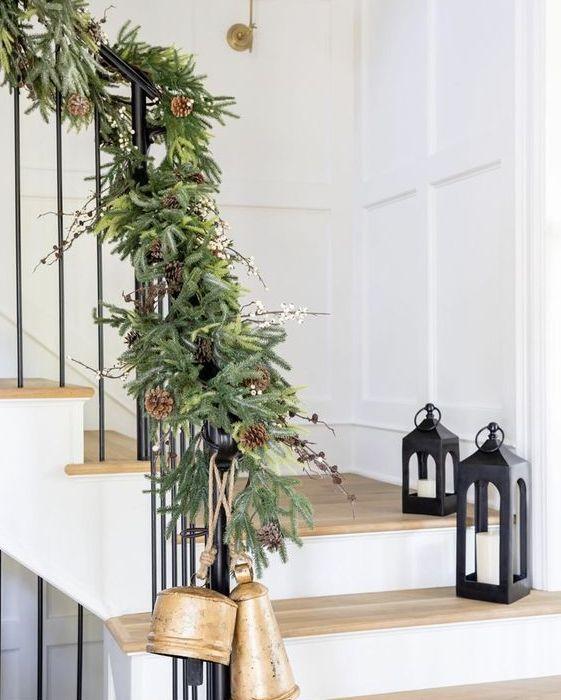 una lussureggiante ghirlanda sempreverde con pigne e bacche più grandi campane renderà la tua scala super festosa