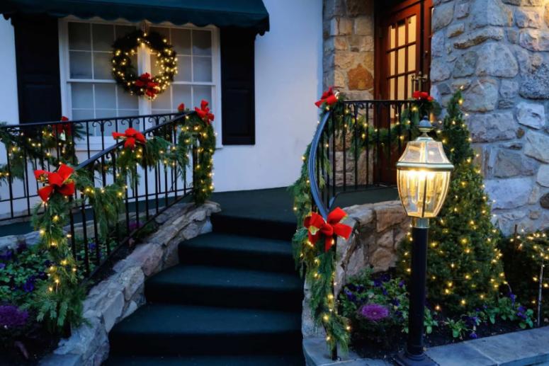 ringhiere esterne intrecciate di luci e decorate con fiocchi rossi renderanno il vostro portico davvero festoso e luminoso
