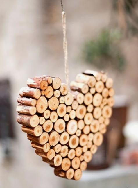 un ornamento natalizio a forma di cuore fatto di bastoncini di legno e spago è molto accogliente e puoi facilmente fai da te