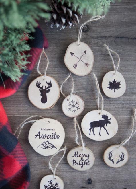 una varietà di ornamenti natalizi in legno con immagini fatte con vernice nera può essere fatto da te con ceppi o puoi dipingere