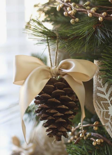 eleganti ornamenti natalizi rustici di pigne e fiocchi di seta in cima sono una decorazione natalizia tradizionale
