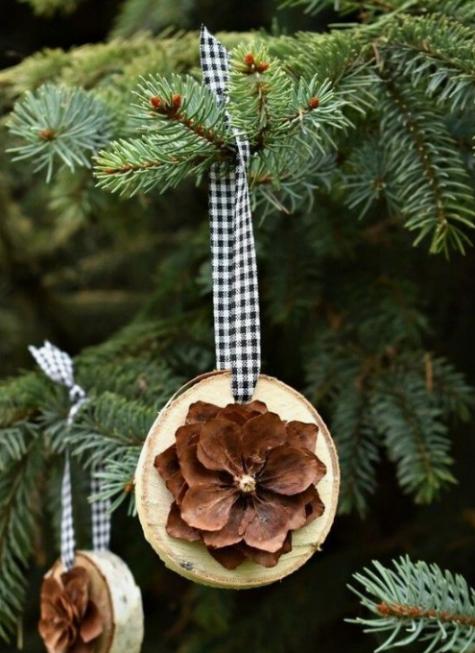 Gli ornamenti natalizi in legno con fiori di pigna e nastri scozzesi sono molto carini e naturali