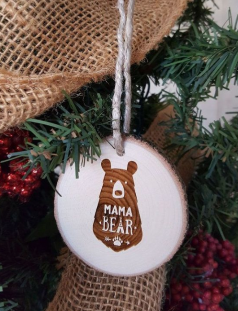 Gli ornamenti natalizi in legno con adesivi in compensato sono molto moderni e carini e allo stesso tempo sembrano rustici