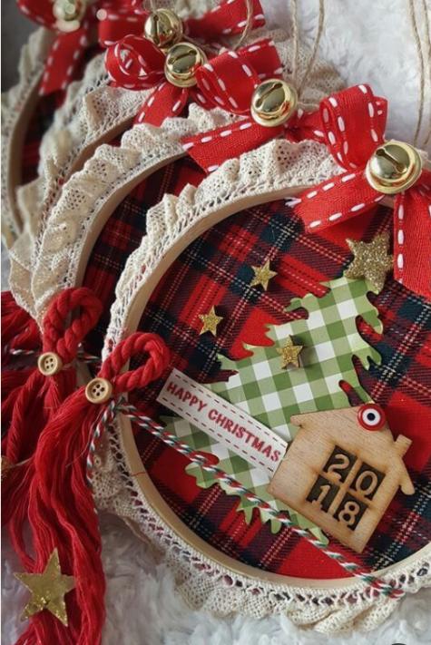 cerchi da ricamo ornamenti natalizi con plaid, stelle glitterate, cartelli, spago, campanelle e mini casette in legno bruciato