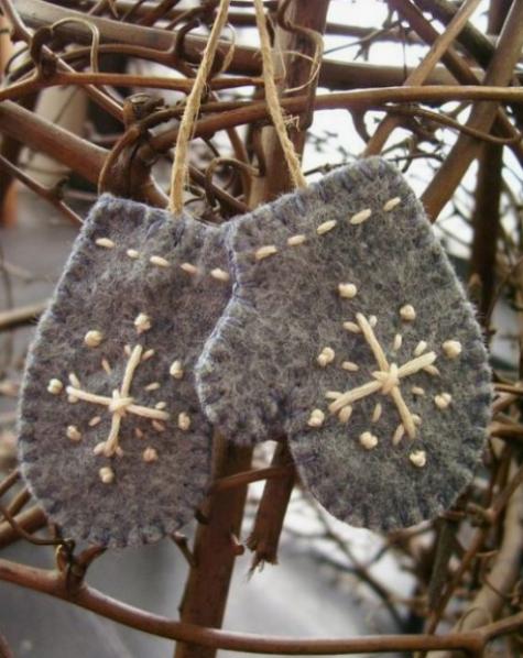 Gli ornamenti natalizi con guanto di feltro grigio con ricamo sono super carini e possono essere facilmente fai da te