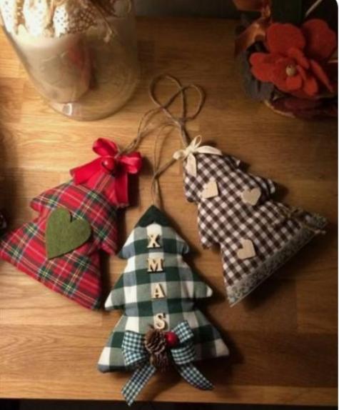 mini addobbi per l'albero di Natale in tessuto a quadri, con cuori in feltro, bacche, pigne e spago in cima