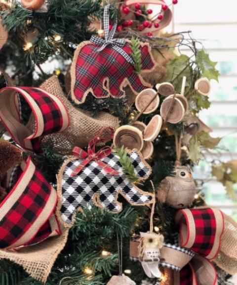 ornamenti di orsi a quadri e juta con fiocchi scozzesi e sempreverdi più un sacco di nastri scozzesi e di juta intorno
