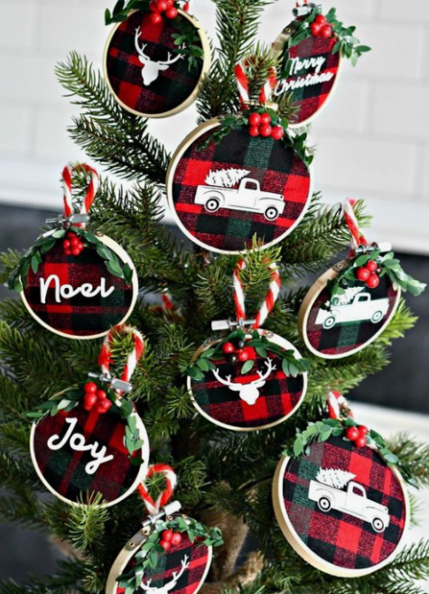 ornamenti natalizi a quadri con lettere e immagini dipinte, bacche e sempreverdi sembrano belli e moderni