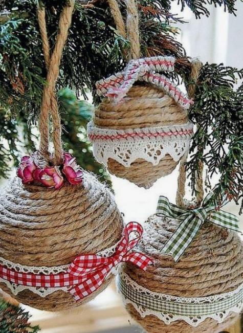gli ornamenti di palla di Natale avvolti in corda fatti con nastri scozzesi e fiocchi e pizzo all'uncinetto sono un'idea piuttosto vintage e rustica