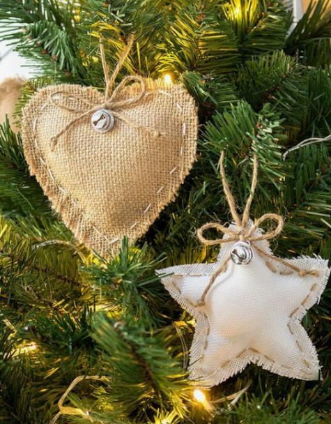 I soliti ornamenti natalizi in tela bianca con campanellini e spago sono super carini e rustici