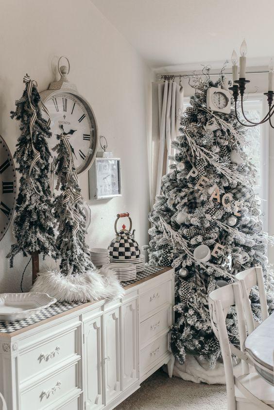 alberi di Natale innevati decorati con nastri a strisce, ornamenti a quadri, tazze e ornamenti d'argento