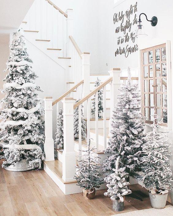 un ingresso del paese delle meraviglie invernale con più alberi affollati con alcune decorazioni bianche sembra molto sognante