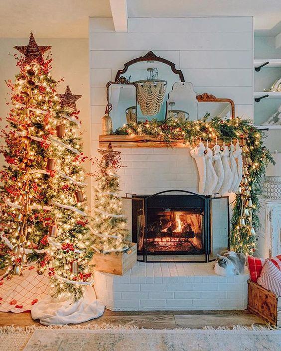 tre alberi di Natale decorati con luci, bacche rosse e ornamenti naturali più toppers con stella di vite