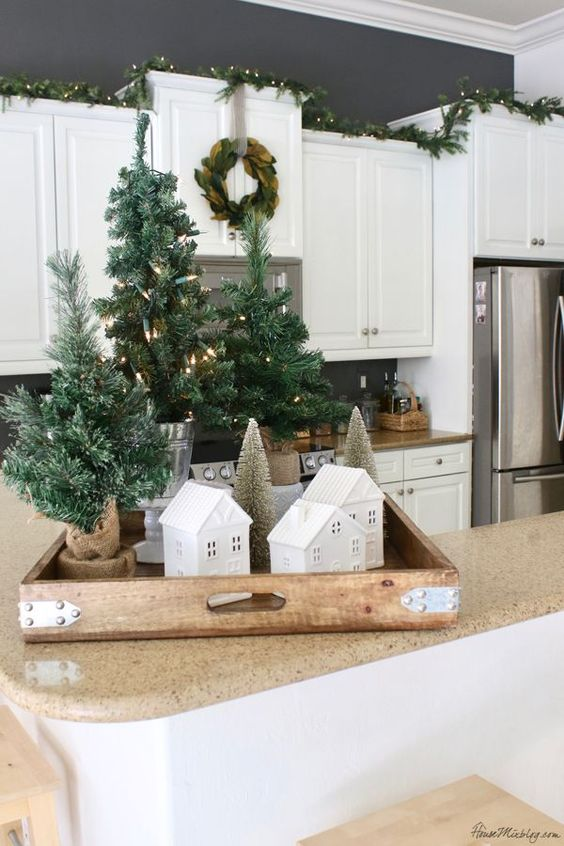 piccoli alberi di natale da tavolo sono perfetti per creare display natalizi ovunque