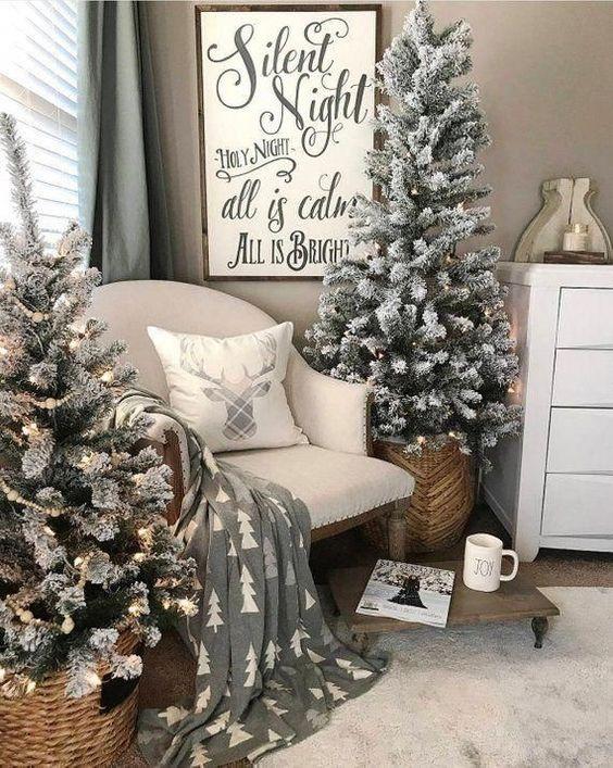 due alberi di Natale affollati con luci poste in cesti sono piacevoli per un'atmosfera accogliente di fattoria nello spazio