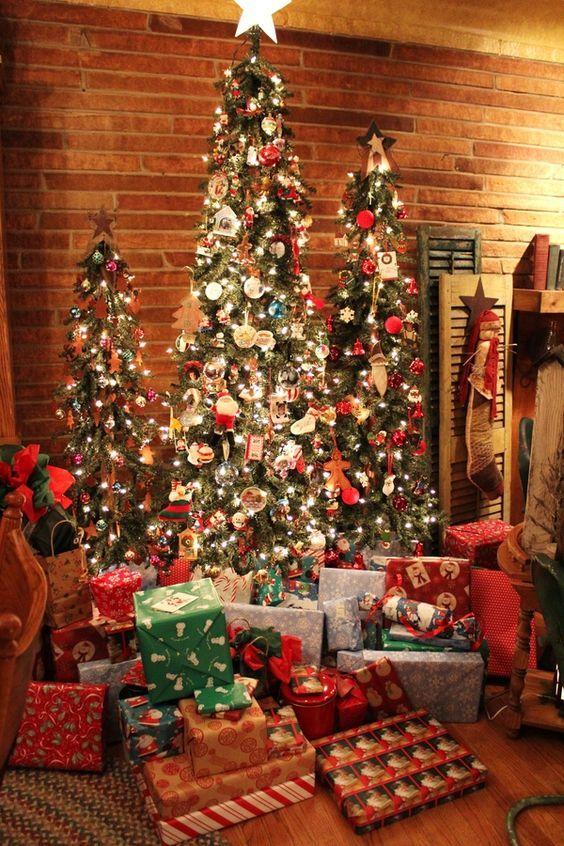 tre alberi di Natale decorati in modo audace con luci, alberi bianchi e rossi, ornamenti vintage stravaganti