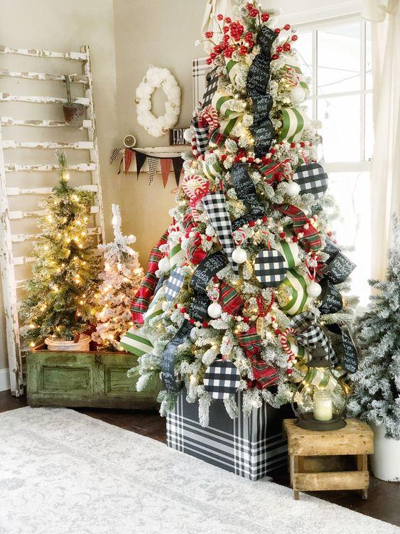 alberi di Natale disadattati - tutti affollati ma decorati con ornamenti diversi, senza ornamenti e solo luci