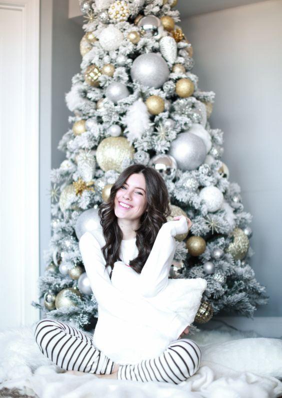 un albero di Natale floccato glam con ornamenti metallici e glitter oversize sembra congelato e molto chic