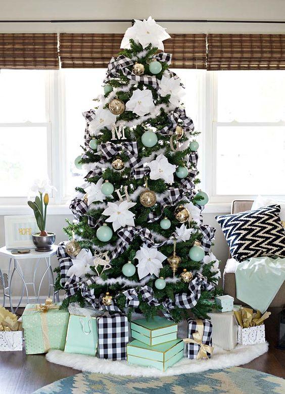 un albero di Natale da fattoria con nastri a quadretti fkuffy e bufalo, ornamenti verde menta e fiori bianchi oversize