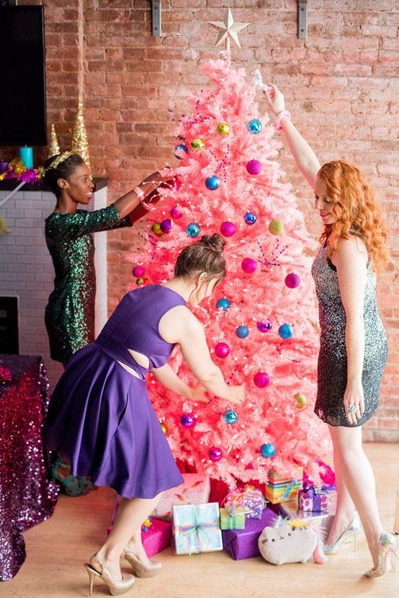 un audace albero di Natale rosa con ornamenti colorati e un cappello a cilindro stella più luci è fantastico per una festa di ragazze