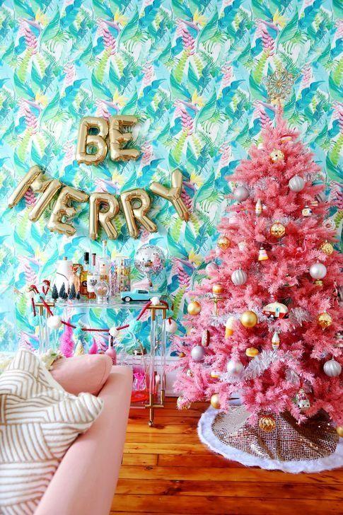 un albero rosa decorato con ornamenti metallici è un'idea di arredamento allegra e luminosa da scegliere