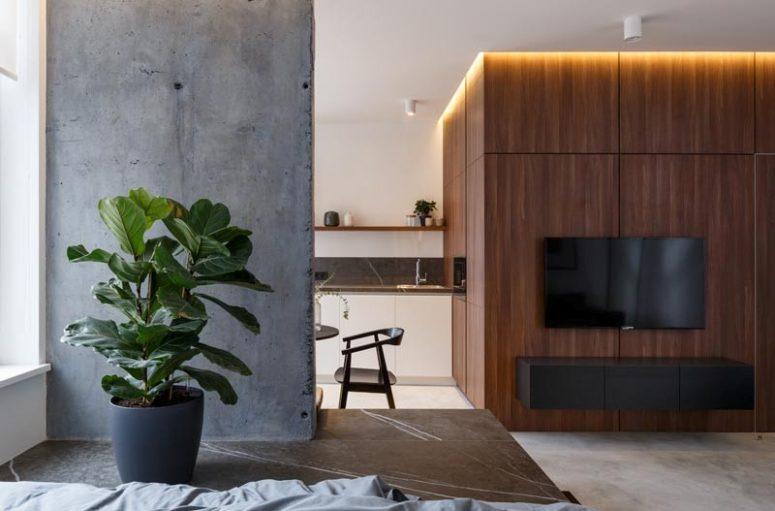 La parete rivestita in legno presenta un mobile floatign e una TV