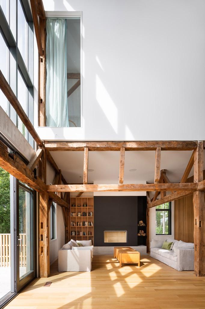 Gli interni sono contemporanei e laconici, con tocchi di legno dai colori caldi e compensato