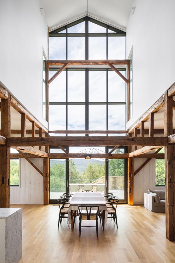 Gli spazi sono aperti con pareti in vetro e tante finestre, con travi in legno e bianchi contribuiscono a rendere più leggeri gli spazi