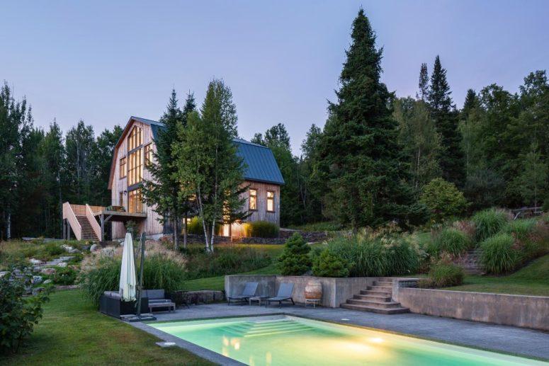 Lo spazio esterno è fatto con una terrazza, una piscina illuminata e molta vegetazione elegante