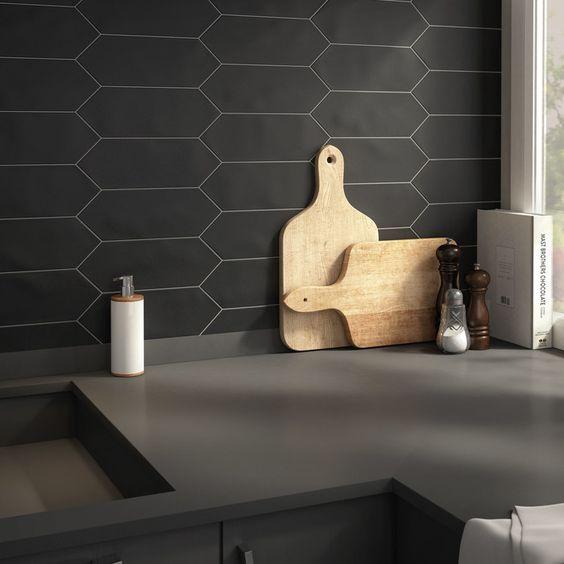 un paraschizzi di piastrelle a nido d'ape nero con stucco bianco è un'idea creativa che si adatta agli spazi minimalisti