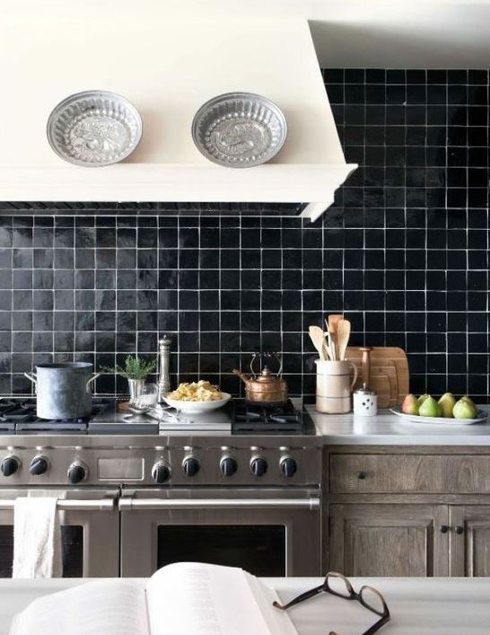 un paraschizzi di piastrelle nere lucide con stucco bianco è un'idea di dichiarazione per qualsiasi cucina con un tocco retrò