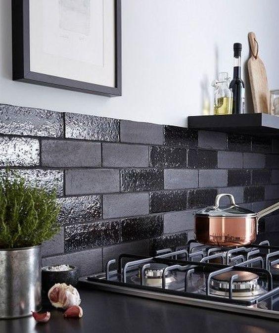un backsplash nero fatto con finti mattoni lucidi e opachi è un'idea moderna fresca e fresca da provare
