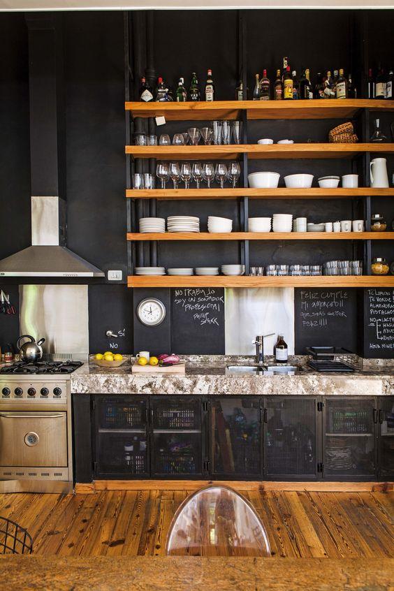 alzatina nera a lavagna, ripiani in pietra chiara, ripiani in legno chiaro e metallo