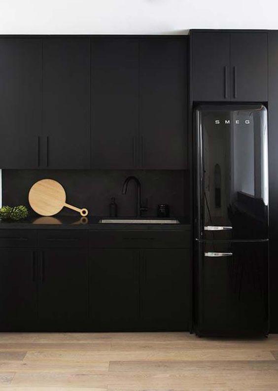 armadi neri opachi, alzatina nera opaca e frigorifero nero lucido per una cucina spigolosa e lunatica