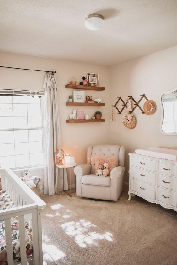 un accogliente cameretta neutro fatto con mensole sospese, tende neutre, mobili vintage, un tappeto accogliente e alcuni elementi intrecciati
