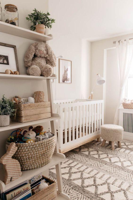 un cameretta neonato neutro e accogliente con un tappeto, uno sgabello in maglia, mensole, alcuni tocchi di legno e alcuni tessuti stampati