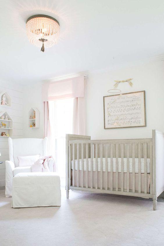 cameretta neutro addolcito da tende pinnk, un presepe vintage, una sedia bianca con poggiapiedi e mensole a forma di casetta